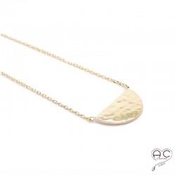Collier demi-lune en plaqué or martelée ras du cou