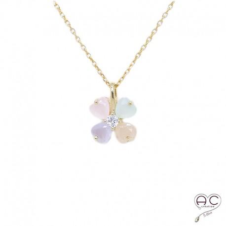 Collier fleur, calcédoine couleur pastel, plaqué or