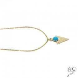 Médaille avec une turquoise serti sur un triangle martelé en plaqué or, tendance, bohème