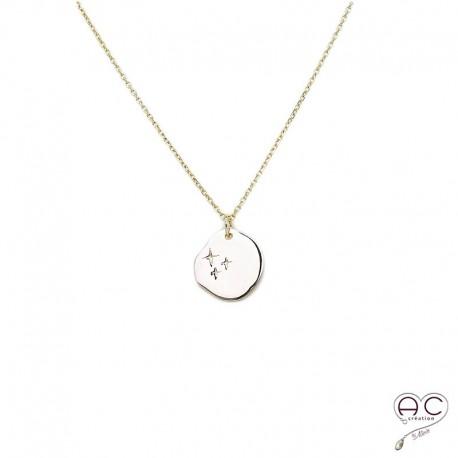 Collier médaille ronde avec petites étoiles gravée, plaqué or