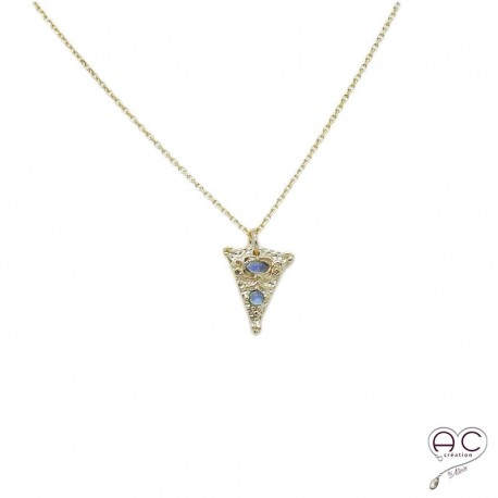 Collier pierre de lune serti sur un triangle ethnique en plaqué or