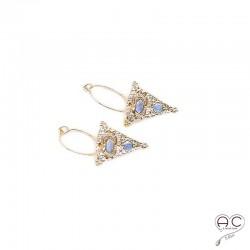 Boucles d'oreilles, créoles avec un triangle ethnique serti de pierres de lune en plaqué or
