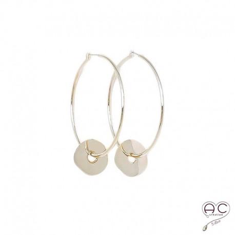 Boucles d'oreilles créoles grandes avec médaille ronde irrégulière en plaqué or