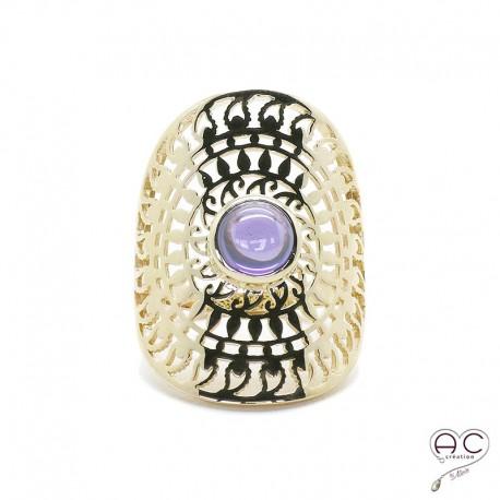 Bague ajourée d'inspiration ethnique, longue avec pierre violette en plaqué or