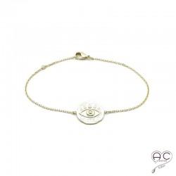 Bracelet oeil gravé sur une médaille ronde en plaqué or satiné, avec une chaîne fine