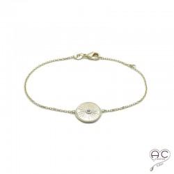 Bracelet médaille ronde vintage en plaqué or et satiné, gravée et sertie d'un zircon, avec une chaîne fine