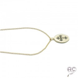 Médaille ovale avec la croix sertie de zircon noir, en plaqué or satiné, vintage, tendance, bohème