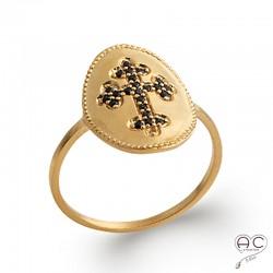 Bague avec la croix sertie de zircon noir sur l'ovale en plaqué or satiné