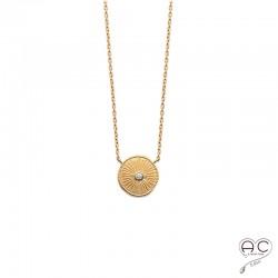 Collier médaille ronde en plaqué or satiné, gravée et sertie d'un zircon, tendance, bohème