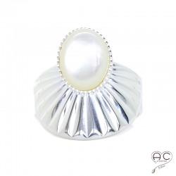 Bague avec nacre blanche ovale en cabochon, anneau large ciselé ouvert en argent 925, femme