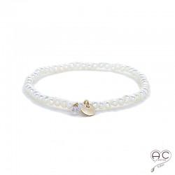 Bracelet perles d'eau douce, pampille médaille en plaqué or et petit brillant en cristal, élastique, gipsy, bohème, création
