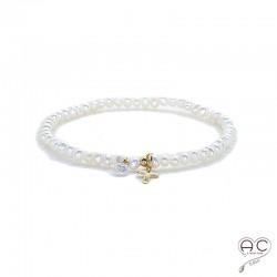 Bracelet perles d'eau douce, croix en plaqué or et petit brillant en cristal, élastique, gipsy, bohème, création
