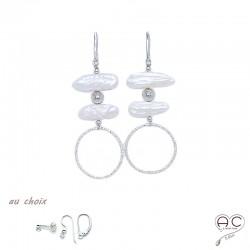 Boucles d'oreilles avec perles de culture d'eau douce baroques longues et grand anneau ciselé en argent 925, création by Alicia