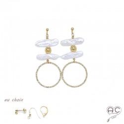 Boucles d'oreilles avec perles d'eau douce baroques longues et grand anneau ciselé en plaqué or, création