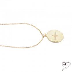 Médaille ronde avec la croix, en plaqué or satiné, vintage, tendance, bohème