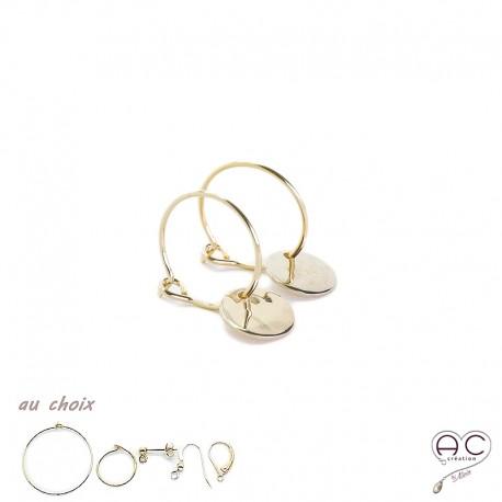 Boucles d'oreilles mini créoles avec une médaille martelé, plaqué or