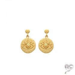 Boucles d'oreilles oeil gravé sur une médaille ronde en plaqué or satiné, pendantes, ethnique, femme