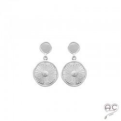 Boucles d'oreilles avec médaille ronde en argent rhodié et satiné, gravée et sertie d'un zircon, pendantes, tendance