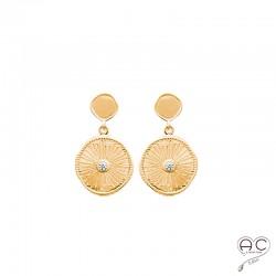 Boucles d'oreilles avec médaille ronde en plaqué or satiné, gravée et sertie d'un zircon, pendantes, tendance
