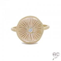 Bague SONAEL ronde en plaqué or satiné, gravée et sertie d'un brillant zirconium, femme, tendance