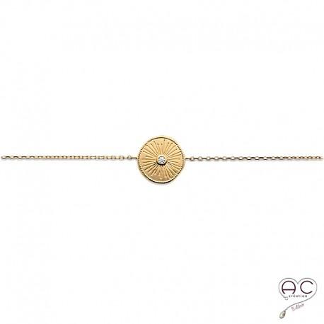 Bracelet médaille ronde vintage en plaqué or satiné, gravée et sertie d'un zircon, avec une chaîne fine