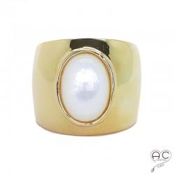 Bague nacre blanche, cabochon ovale sur anneau large et bombé en argent 925 doré à l'or fin 18K, femme