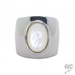 Bague nacre blanche, cabochon ovale sur anneau large et bombé en argent 925 rhodié, femme