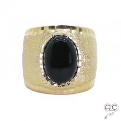 Bague onyx noir, cabochon ovale sur anneau martelé, brossé, large et bombé en argent 925 doré à l'or fin 18K, femme