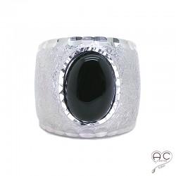 Bague onyx noir, cabochon ovale sur anneau martelé, brossé, large et bombé en argent 925 rodhié, femme