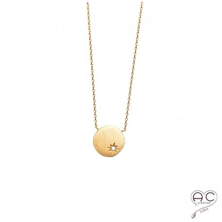 Collier médaille ronde avec étoile gravée et sertie de zircon brillant en plaqué or satiné
