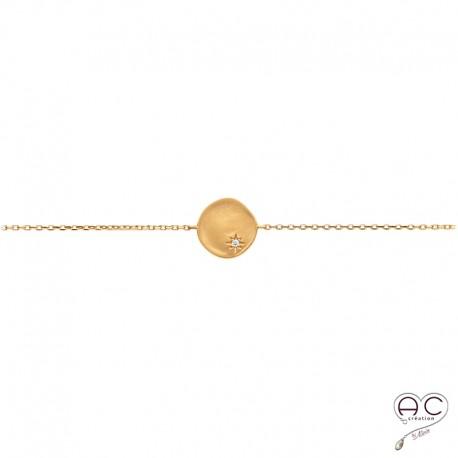 Bracelet médaille ronde avec étoile gravée et sertie de zircon brillant sur une chaîne en plaqué or satiné