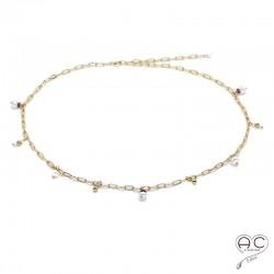 Collier avec breloques en perles de culture et rubis sur une chaîne maillons petits rectangles en plaqué or, ras de cou