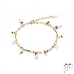 Bracelet avec breloques en perles de culture et rubis sur une chaîne maillons petits rectangles en plaqué or, création