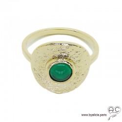 Bague NAEMI ronde en plaqué or martelé avec agate vert en cabochon serti clos, anneau fin , femme