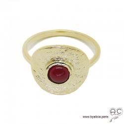 Bague NAEMI ronde en plaqué or martelé avec agate rouge en cabochon serti clos, anneau fin , femme
