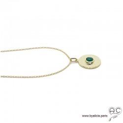 Médaille ronde en plaqué or martelé avec agate vert en cabochon serti clos, tendance, bohème