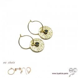 Boucles d'oreilles créoles, spinelle noire sur une médaille martelé en plaqué or, choix des attaches, création by Alicia