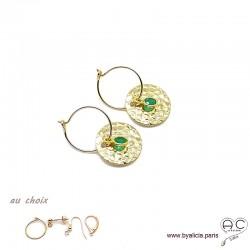 Boucles d'oreilles créoles, agate verte sur une médaille martelé en plaqué or, choix des attaches, création by Alicia