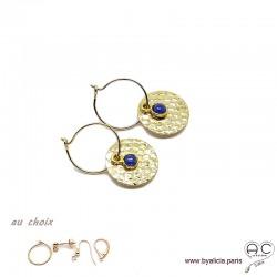 Boucles d'oreilles créoles, lapis lazuli sur une médaille martelé en plaqué or, choix des attaches, création by Alicia