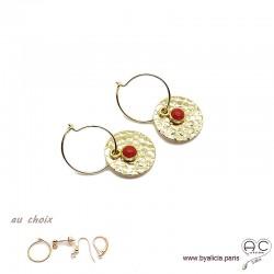 Boucles d'oreilles créoles, corail sur une médaille martelé en plaqué or, choix des attaches, création by Alicia