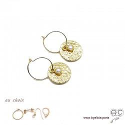 Boucles d'oreilles créoles, perle de culture sur une médaille martelé en plaqué or, choix des attaches, création by Alicia