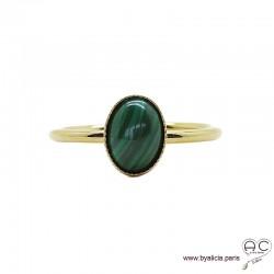 Bague avec malachite ovale en cabochon sur anneau fin en plaqué or, pierre naturelle verte, femme