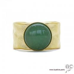 Bague avec aventurine en cabochon sertie sur un anneau martelé, large, ouvert en plaqué or, femme