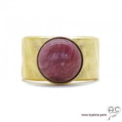 Bague avec rhodolite en cabochon sertie sur un anneau martelé, large, ouvert en plaqué or, pierre fine rose, femme