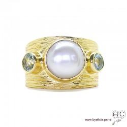 Bague avec perle de culture d'eau douce et topaz bleu serties sur anneau large en plaqué or strié, femme