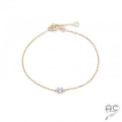 Bracelet solitaire en zirconium blanc sur une chaîne en plaqué or