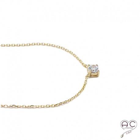 Collier avec solitaire en zirconium brillant sur une chaîne en plaqué or, ras de cou fin, femme