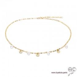 Collier avec breloques en perles de culture et petites médailles martelées sur une chaîne en plaqué or, création by Alicia
