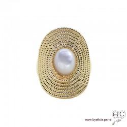 Bague longue avec nacre blanche et plaqué or, d'inspiration ethnique, femme