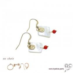 Boucles d'oreilles en nacre avec médaille martelé en plaqué or et pampille en racine de corail, création by Alicia